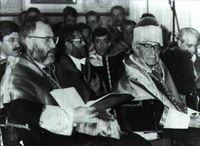 """El filósofo Karl Popper recibe el birrete de doctor """"honoris causa"""" de manos del rector de la Universidad Complutense, Gustavo Villapalos."""