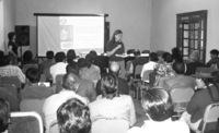 Sesión de formación sobre control impartida a autoridades y funcionarios de gobiernos locales de Ayacucho.