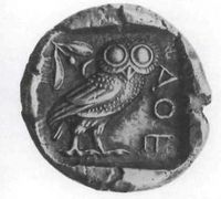 Reverso de la misma moneda. El sobrenombre de la diosa doncella —glaukopis, &quot; la de los ojos de lechuzas &quot;—, se referia a la facultad de esta ave para ver en la oscuridad. La figura de este animal se transformó en símbolo de la sabiduría<br /><br /> atribuida a la diosa.