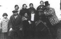 Grupo con acordeón. A la derecha, Luis Escobar Las Mesas, 25 de diciembre de 1929.