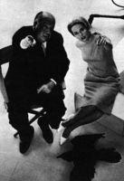 Hitch muestra a Tippi Hedren cómo ha de sentirse la presion del miedo en The Birds (1963).