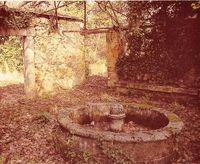 Plazas y patios recogidos y románticos, transmisores de quietud y sosiego, abundan en las ciudades históricas. Casa de la Moneda, Segovia.
