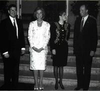 Los Reyes de España reciben al presidente de Honduras y señora.