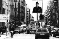 Instalación del artista berlinés Frank Thiel (dos fotos de carnet de un soldado ruso y de un norteameriacano, ampliadas) en el antiguo Checkpoint Charlie.