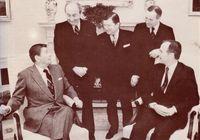 Kampelman, al lado de Reagan cuando fue nombrado jefe de la delegación USA para la negociación del desarme con la URSS.