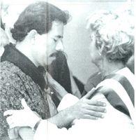 Daniel Ortega impone la banda presidencial a doña Violeta Barrios, viuda de Chamorro.