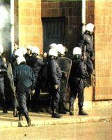 Fuerzas antidisturbios aguardan a los manifestantes.