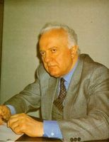 Shevardnadze, que tuvo palabras elogiosas para J. F. Kennedy, ha colocado un busto del Presidente asesinado junto a su despacho.