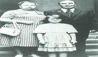 Leónidas Breznev, con su mujer, Victoria y su nieta, Galya, de ocho años, durante unos días de vacaciones en Crimea, 1981.