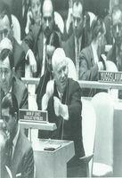 Nikita Kruschev, en uno de sus característicos gestos, aporrea su pupitre, como muestra de su actitud desaprobatoria, durante una de las sesiones de la O.N.U., en Nueva York.