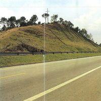 Gran talud en autopista, recién sembrado.