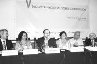 El primer ministro de Perú, Yehude Simon, comenta una encuesta elaborada por Proética.