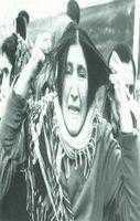 Una mujer de Azerbaiján, en gesto dramático, se tira de los pelos desesperada por la angustia, al enterarse del rapto de su hija por militares armenios en la región de Khanlar.