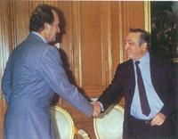 El Rey Don Juan Carlos saluda al líder de la UGT, Nicolás redondo, en el Palacio de la Zarzuela.