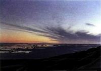 En la primavera austral, el crepúsculo de medianoche se refleja en el mar semicongelado.