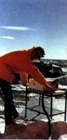 El autor del artículo, aprovechando un día inusualmente despejado, realiza medidas de radiación ultravioleta.