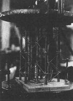 Tubo Automórfico T-12, maqueta en el taller experimental de estructuras de Robert Le Ricolais en la universidad de Pennsylvania, 1961-62. El diámetro del lubo es de 9 pulgadas y&lt;br /&gt;<br /> está construído con tubos de media pulgada de diámetro y 1/32&amp;quot; de grueso, y redondos de&lt;br /&gt;<br /> 1/8&amp;quot; de diámetro para los anillos transversales. Foto del Architectural Archives of the University&lt;br /&gt;<br /> of Pennsylvania.