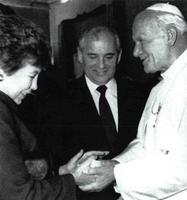 Juan Pablo II entrega a la esposa del líder soviético, Raisa, un recuerdo personal, en presencia de Gorbachov.&lt;br /&gt;<br />