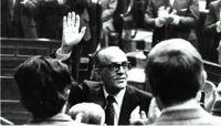 Leopoldo Calvo-Sotelo es aclamado por los parlamentarios despues de obtener mayoría absoluta.