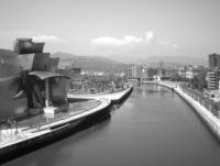 El Museo Guggenheim junto a la ría de Bilbao.