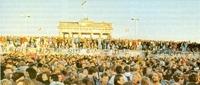 Explosión de júbilo del pueblo alemán, que confraterniza en el muro de Berlín.