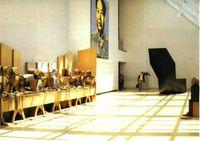 """Una sala del siglo XX del Metropolitan Museum de N. York. Marisol, """"Autoretrato mirando la Última Cena de Leonardo""""."""