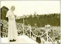 Juan Pablo II es aclamado en Czestochowa por miles de jóvenes de todo el mundo.