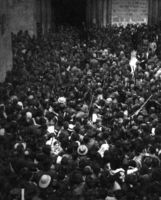 """Eric G. Matson. """"Soldados turcos dispersan a los manifestantes en la Iglesia del Santo Sepulcro de Jerusalén"""" hacia 1914."""