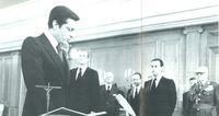 El proceso de la reforma política en España no tuvo nada que ver con la situación reformista actual en la URSS. Ante el Rey don Juan Carlos, artífice de la democracia, Adolfo Suárez jura su cargo de presidente del Gobierno.