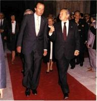 CERRANDO UNA HERIDA DE SIGLOS. Don Juan Carlos y el presidente Soares en el monasterio de Batalha (mayo de 1989).