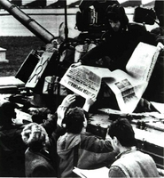 """Soldados del ejército rumano distribuyeron desde los tanques, como muestra la fotografía, """"prensa libre"""" al pueblo de Bucarest, ansioso de información tras la caída del tirano Ceaucescu."""