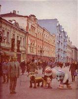 Gorbachov, el gran derrotado, entre la indiferencia de su pueblo, posa junto a los muñecos de Disney.