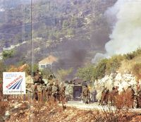 Una columna del ejército federal yugoslavo en una pausa de la guerra.