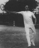 El Rey ALfonso XIII jugando al tenis, en 1927. La instantánea no pudo ser publicada en la prensa de la época. (Foto: Agencia EFE).