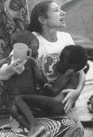 En su libro &amp;quot; Las causas petdidas &amp;quot;, Rufín sostiene que son imágenes como ésta —en la&lt;br /&gt;<br /> que una voluntaria de Unicef pide agua para dos niños deshidratados— las que bombardean diariomente los televisiones occidentales y ocasionan, como &amp;quot; reacción instintiva &amp;quot;, que hombres y mujeres se lancen a la aventura de convertirse en cooperantes humanitarios. Las motivaciones de estos nuevos samaritanos, &amp;quot;deseosos de escapar de la rulina diaria&amp;quot;, se analizan con detalle en lo obra de Christophe Pufín.