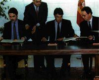 El presidente Felipe González y el líder del Partido Popular, José Mª Aznar, firman el Pacto Autonómico.