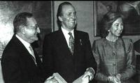 Sus majestades los Reyes de España, con el director de la Real Academia de Ciencias Exactas, Físicas y Naturales, Angel Martín Municio.