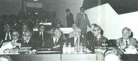 La delegación española en la cumbre de Helsinki (1-8-75). (De izquierda a derecha, primera fila: Arias Navarro, Cortina, Los Arcos, Aguirre de Cárcer, Solano, Cebrián; en segunda fila: Oyarzábal, Rupérez, Dicenta, Fuentes).