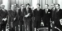 En 1977 se firmaron los Pactos de la Moncloa. De izquierda a derecha, Enrique Tierno Galván, Santiago Carrillo, Josep María Triginer, Joan Raventós, Felipe González, Juan Ajuriaguerra, Adolfo Suárez, Manuel Fraga, Leopoldo Calvo-Sotelo y Miguel Roca.