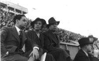 Jardiel Poncela y López Rubio con su amiga Rosita Díaz en un espectáculo deportivo.