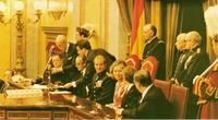 En la firma de la Constitución. Mientras se revisan los papeles, los Reyes y el Principe hablan con Antonio Fontán, entonces presidente del Senado.